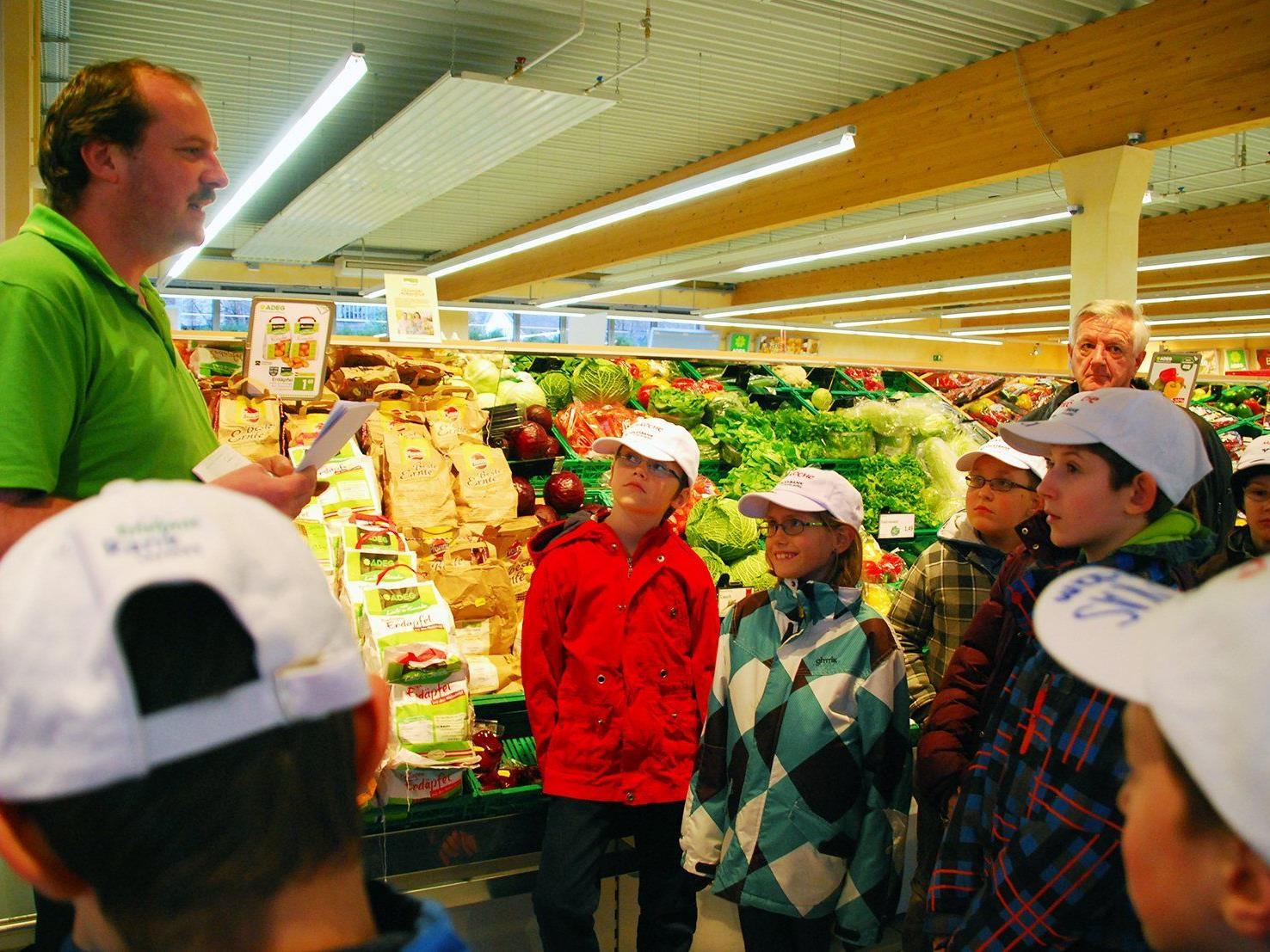 Adeg-Kogler-Chef Stefan Kogler erklärte den Miniköchen die Feinheiten.