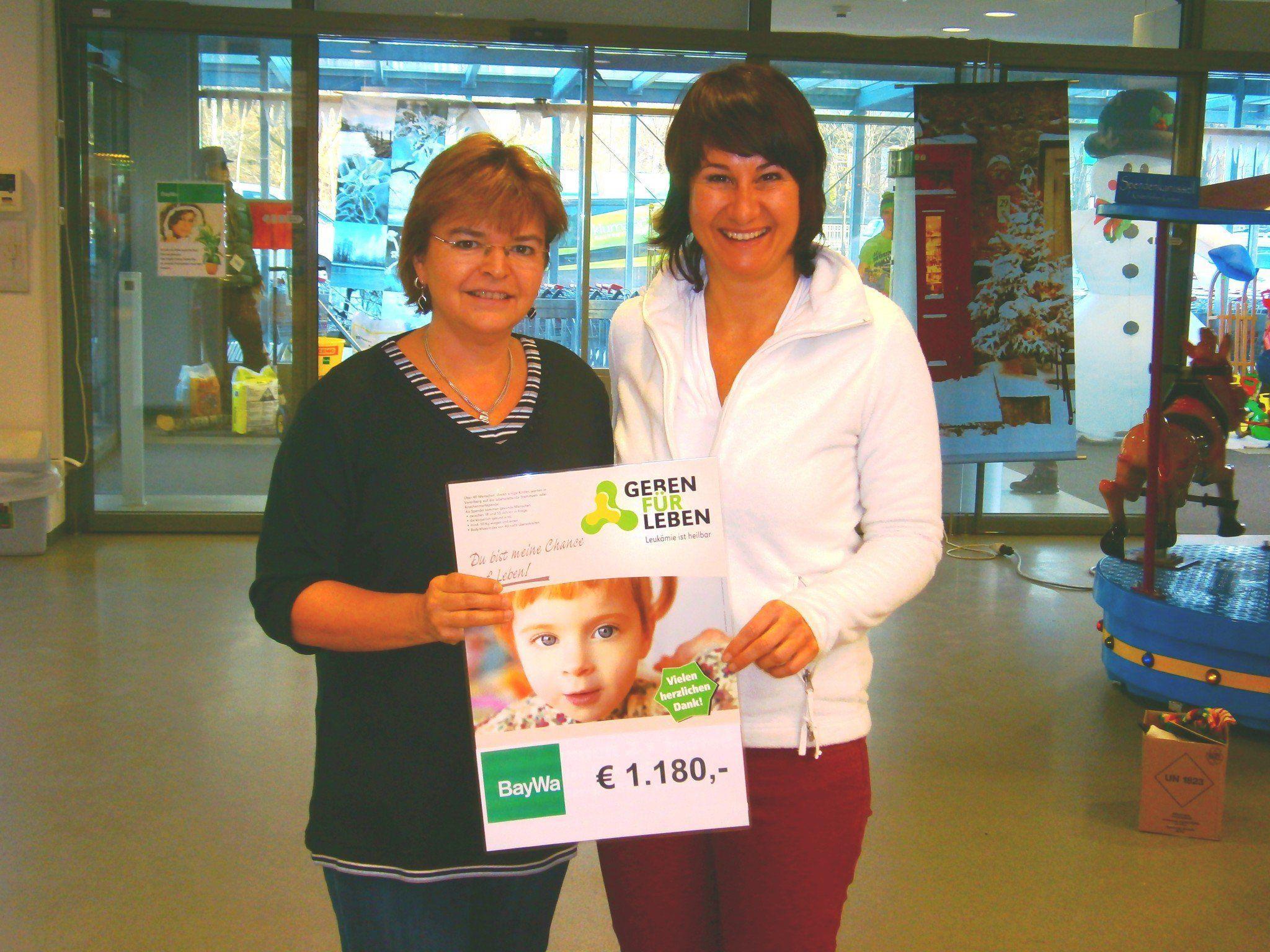 Silvia Burkhart (BayWa) und Susanne Marosch - Durch das Netzgeld vom Christbaumverkauf und den Verpackungsservice von Geschenken wurde ein Spendenbetrag von 1180 Euro eingenommen.