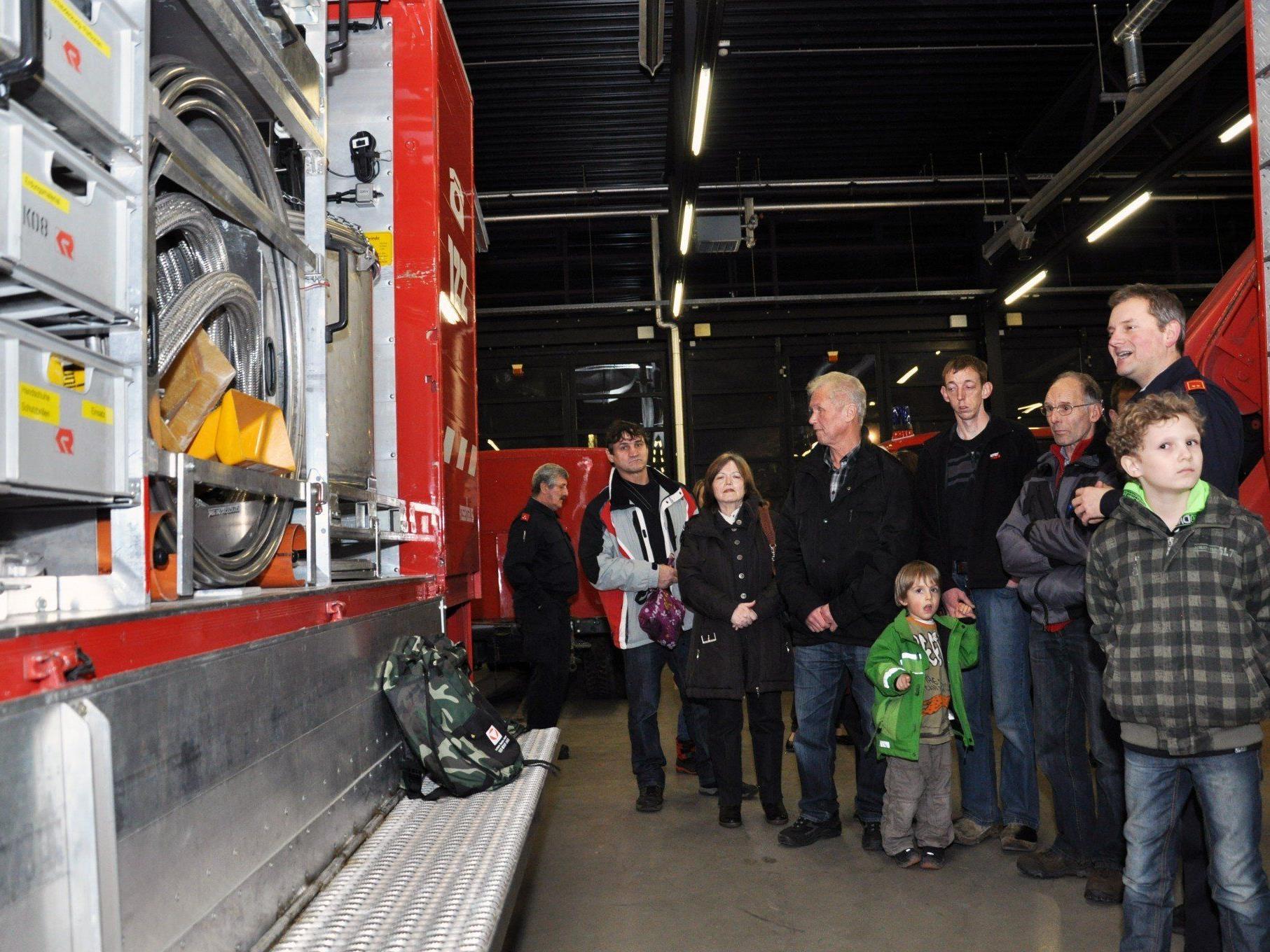 Zahlreiche Besucher nutzten die Gelegenheit für einen Blick hinter die Kulissen der Feuerwehr.