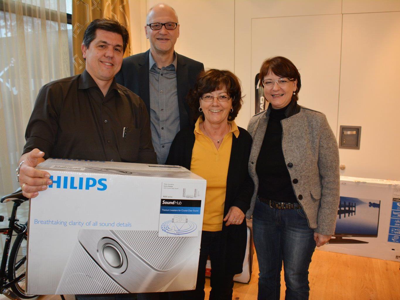 Günther Kolb überreicht Maria Schwarz ihren Preis, Markus Dietrich und Helene Spieler (re) gratulieren.