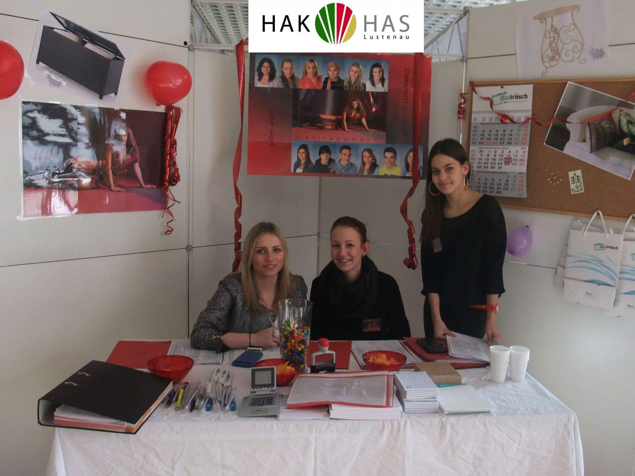 """Die Schüler der HAK/HAS Lustenau hoffen auf viele Besucher am """"Tag der offenen Tür""""."""