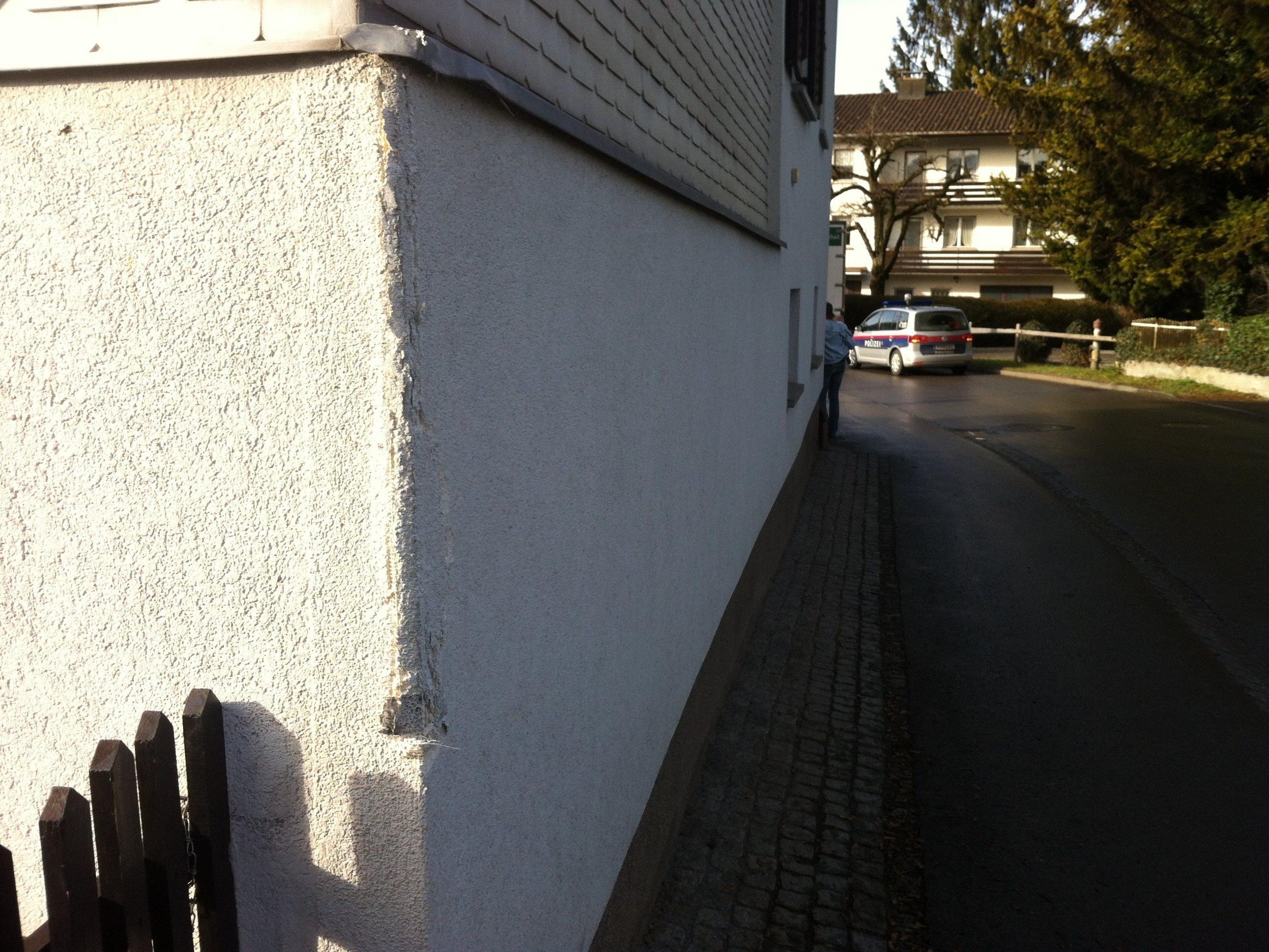 Eine beschädigte Hauswand und geringer Sachschaden an einem Lkw: Die Bilanz eines Wendemanövers, bei dem ein Lkw eine Wand touchiert hatte.