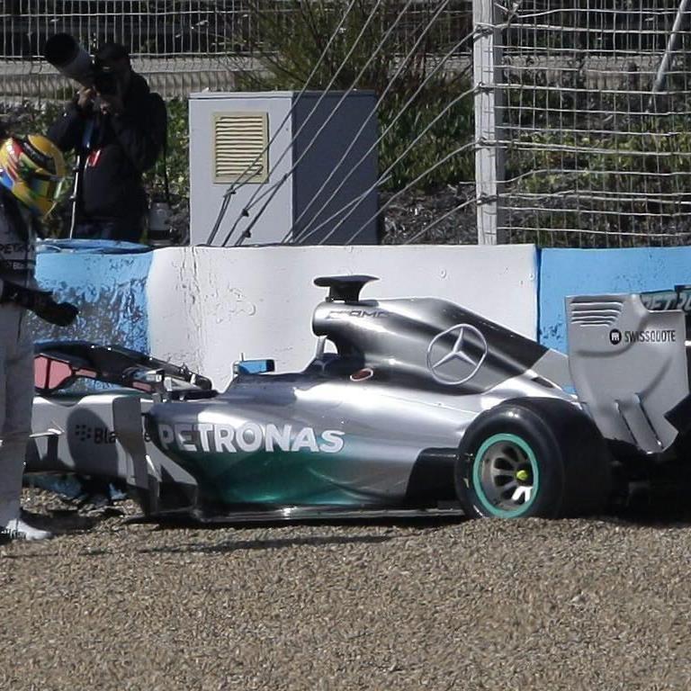 Hamilton krachte mit seinem neuen Formel-1-Mercedes in die Reifenstapel.