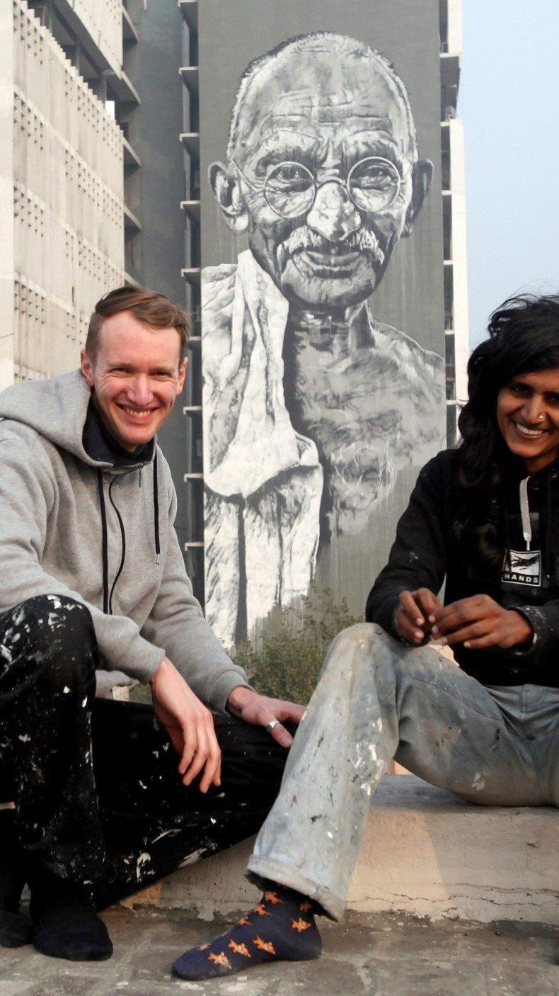 Der deutsche Street-Art-Künstler malte in Indien einen 50 Meter hohen Gandhi.