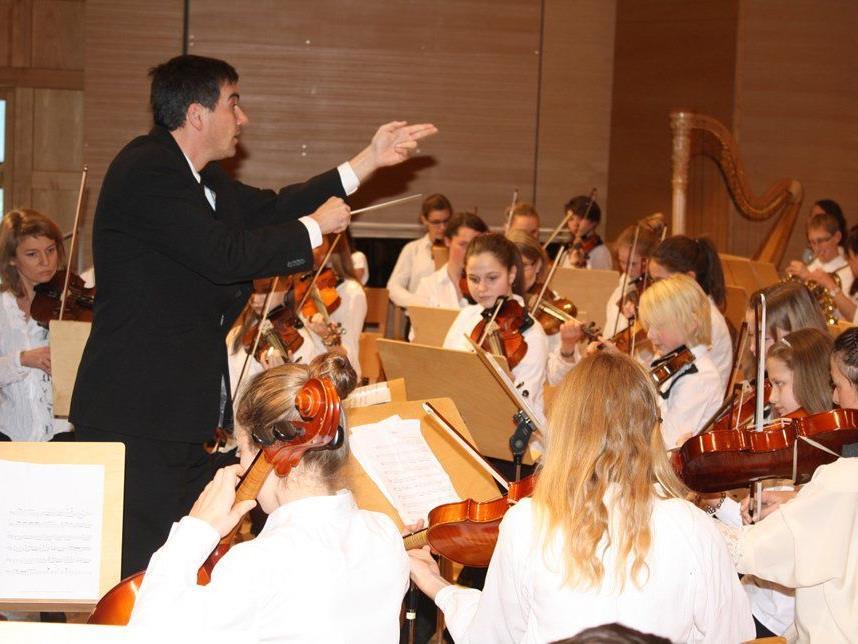Direktor Urban Weigel dirigierte das Sinfonieorchster der Musikschule.