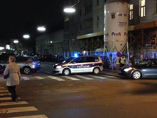 Ein VIENNA.AT-Leserreporter war vor Ort und sah die Straßensperre an der Arndtstraße Ecke Längenfeldgasse sowie den kreisenden Polizeihubschrauber