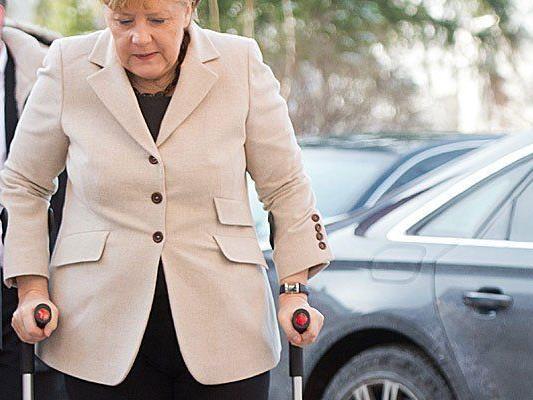 Die Krücken hat Angela Merkel immer noch.