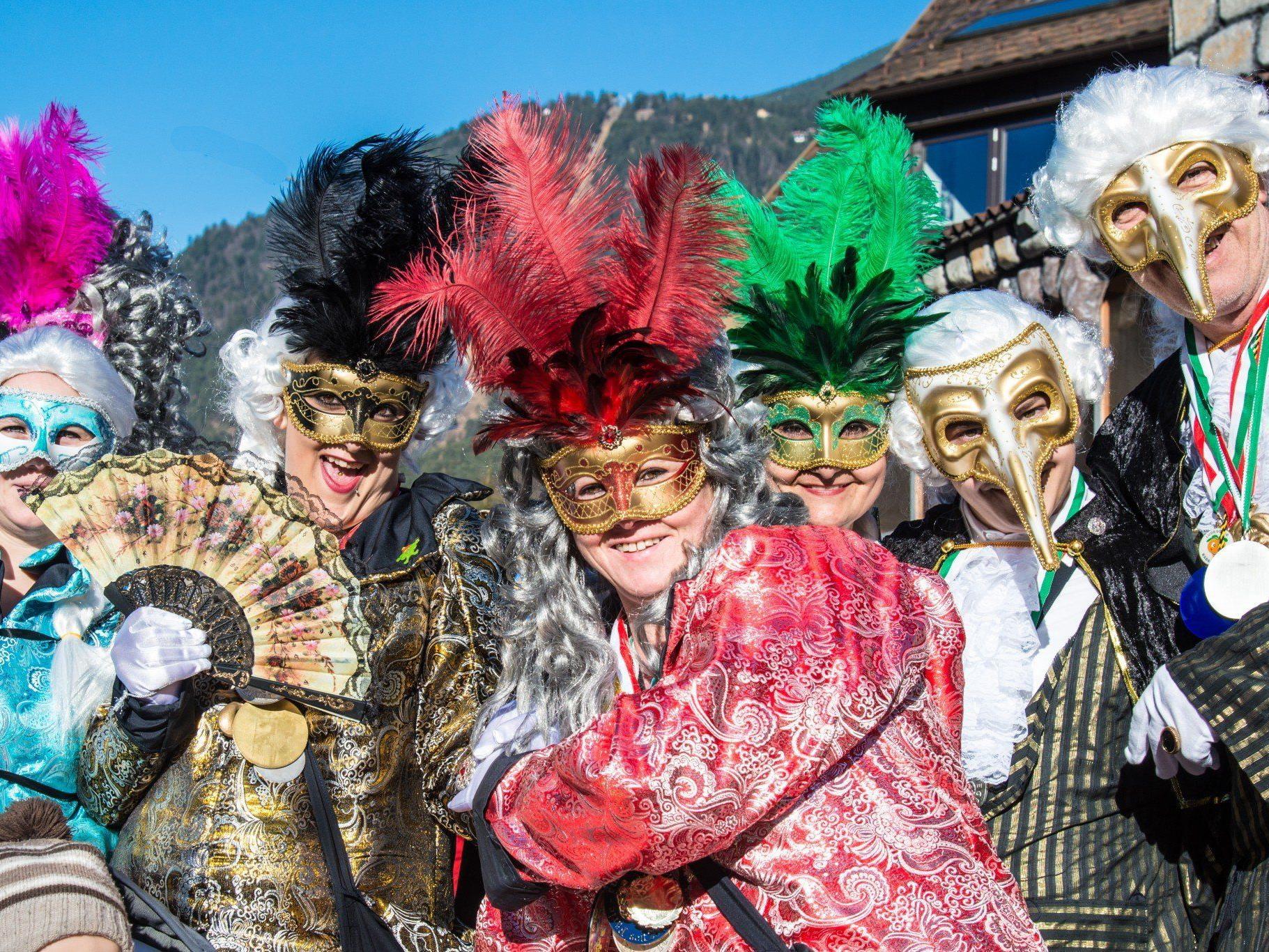 Mit schicken Masken und Kostümen inkognito beim Landesnarrentag.