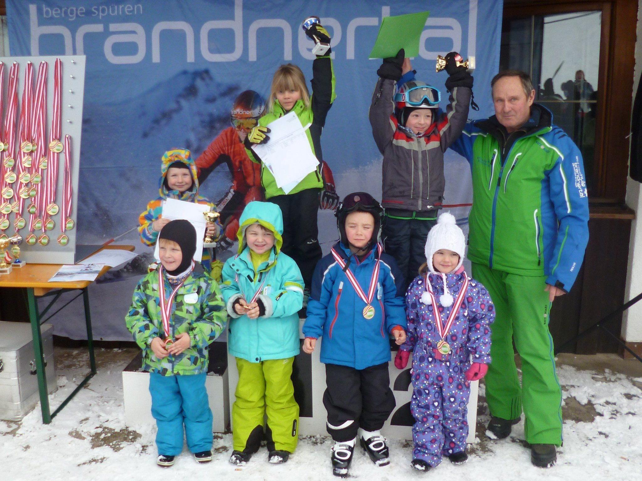 Bei der Preisverteilung präsentierten die Kinder ihre Pokale und Medailien den stolzen Eltern.