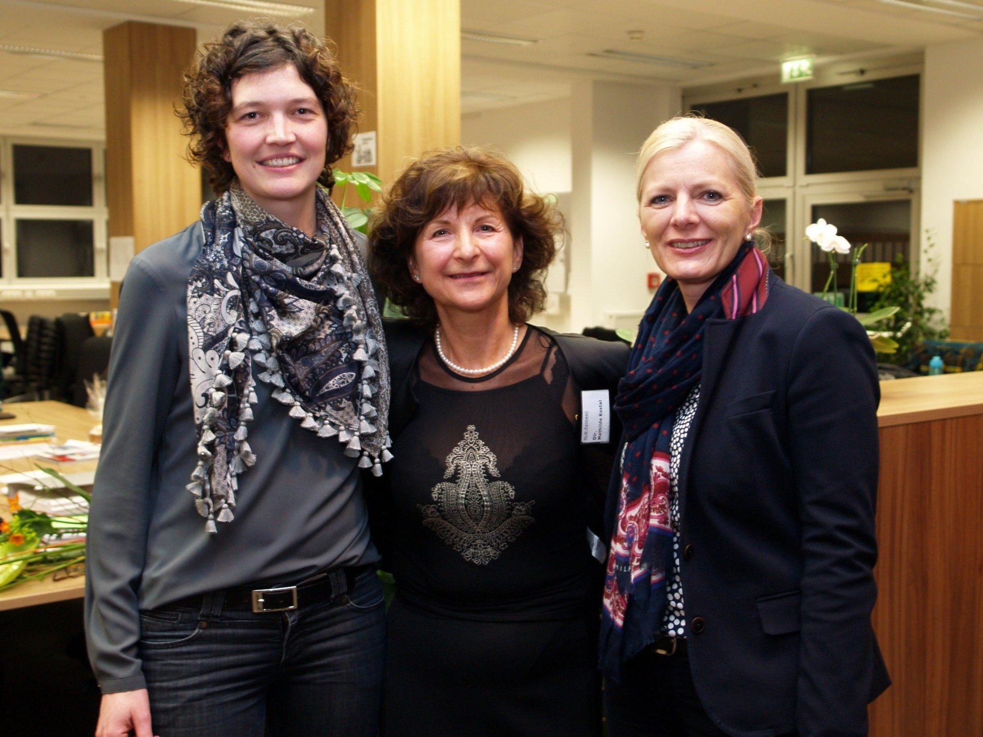 """Direktorin Mathilde Kostal mit den Referentinnen Judith Zeiner und Michaela Wagner bei der """"Langen Nacht der HLW""""."""