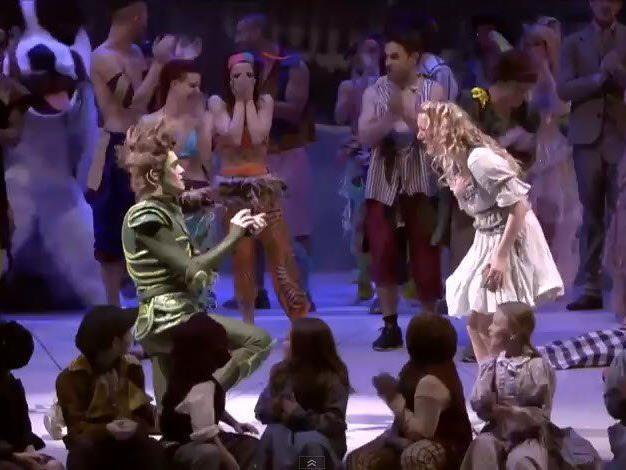 Peter Pan macht den Antrag - Wendy ist in Tränen aufgelöst.