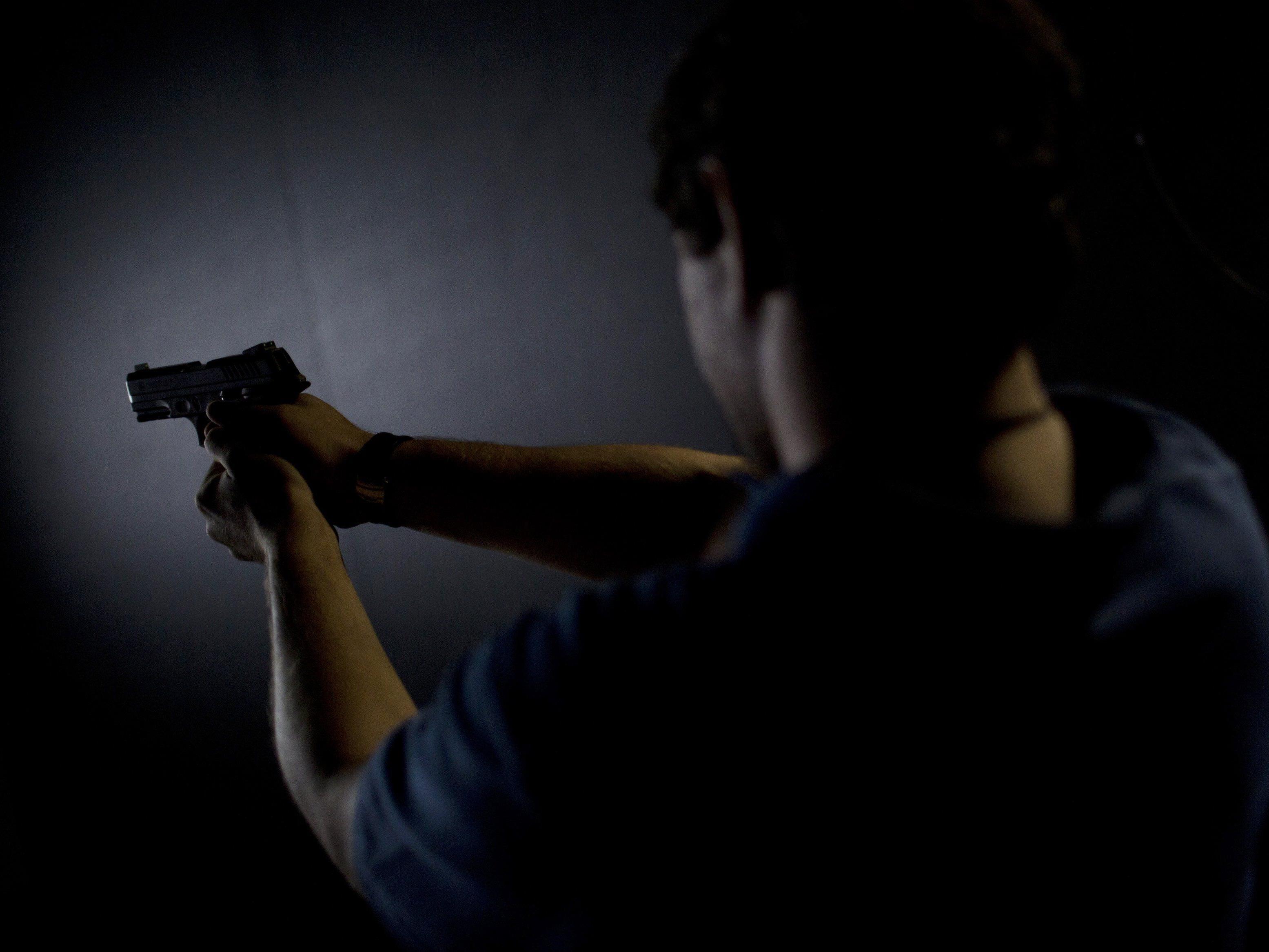 Ein 47-Jähriger Mann schoss sich beim Reinigen seiner Pistole in die linke Hand.