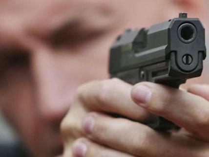 Mit der Pistole des Polizisten schoss der zunächst Unbekannte um sich