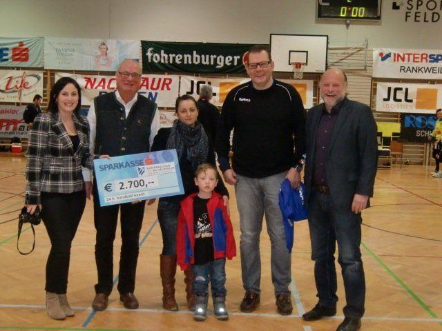 Der Handballclub Feldkirch überreichte an das Patenkind Metthew einen Scheck von 2700 Euro.