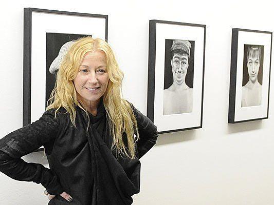 """US-Fotokünstlerin Cindy Sherman bei ihrer Ausstellung """"That's Me - That's Not Me""""."""