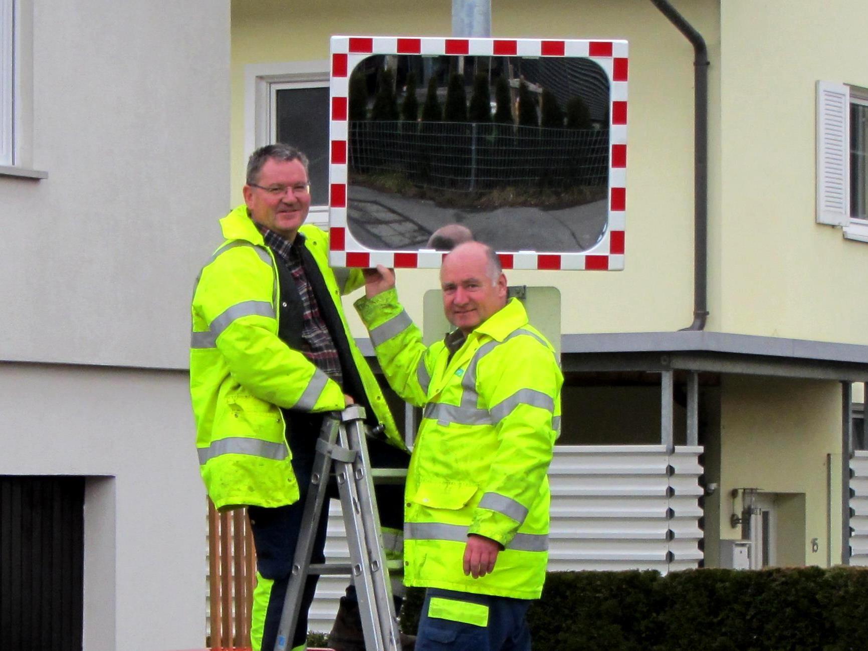 Die Bauhofmitarbeiter Dietmar Roth und Hermann Pertoll montierten den Verkehrsspiegel