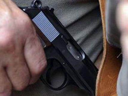 Einem Polizisten wurde die Waffe entrissen - Schüsse fielen