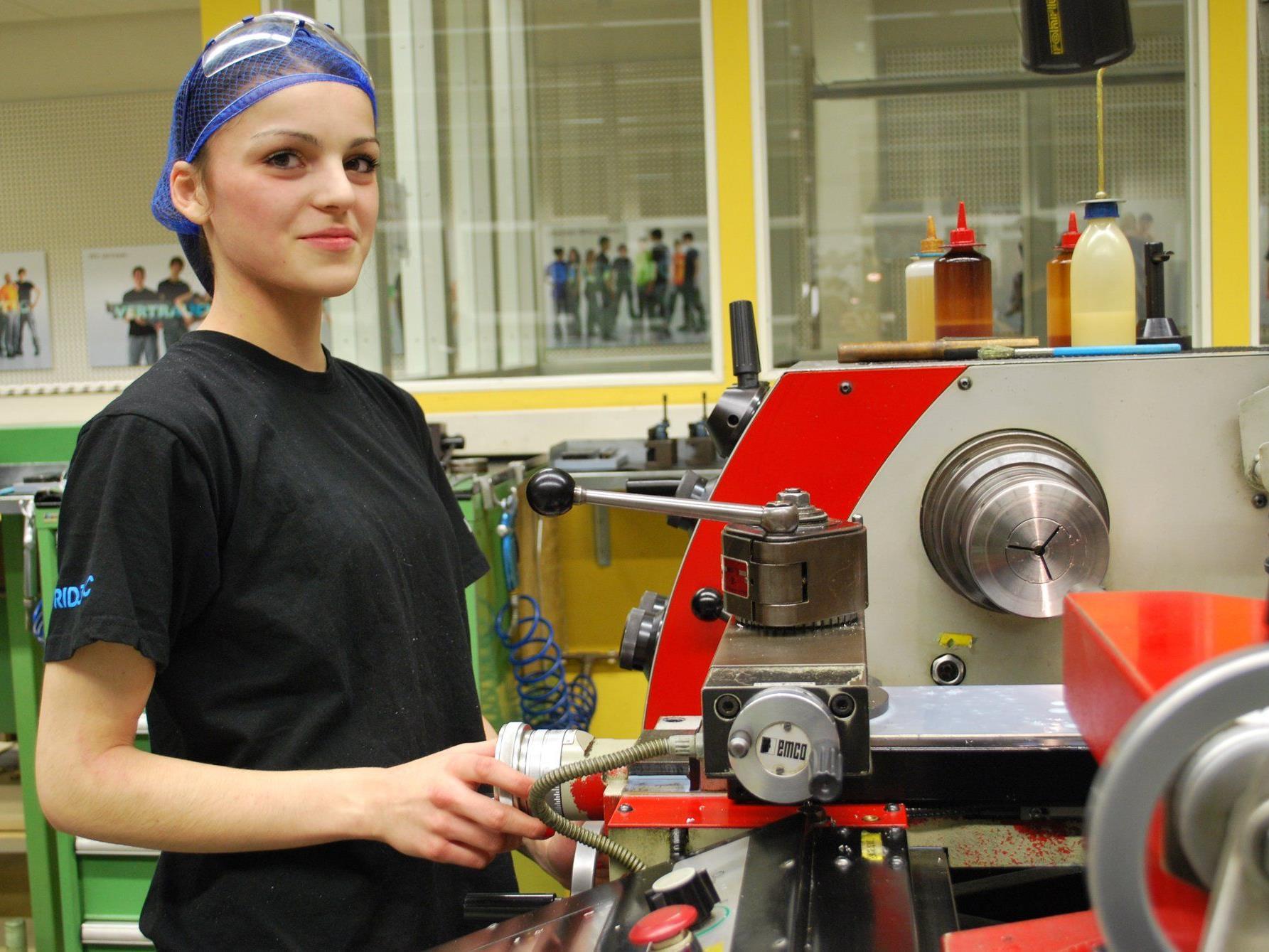 Kristina Delezan informiert über ihre Ausbildung zur Produktionstechnikerin
