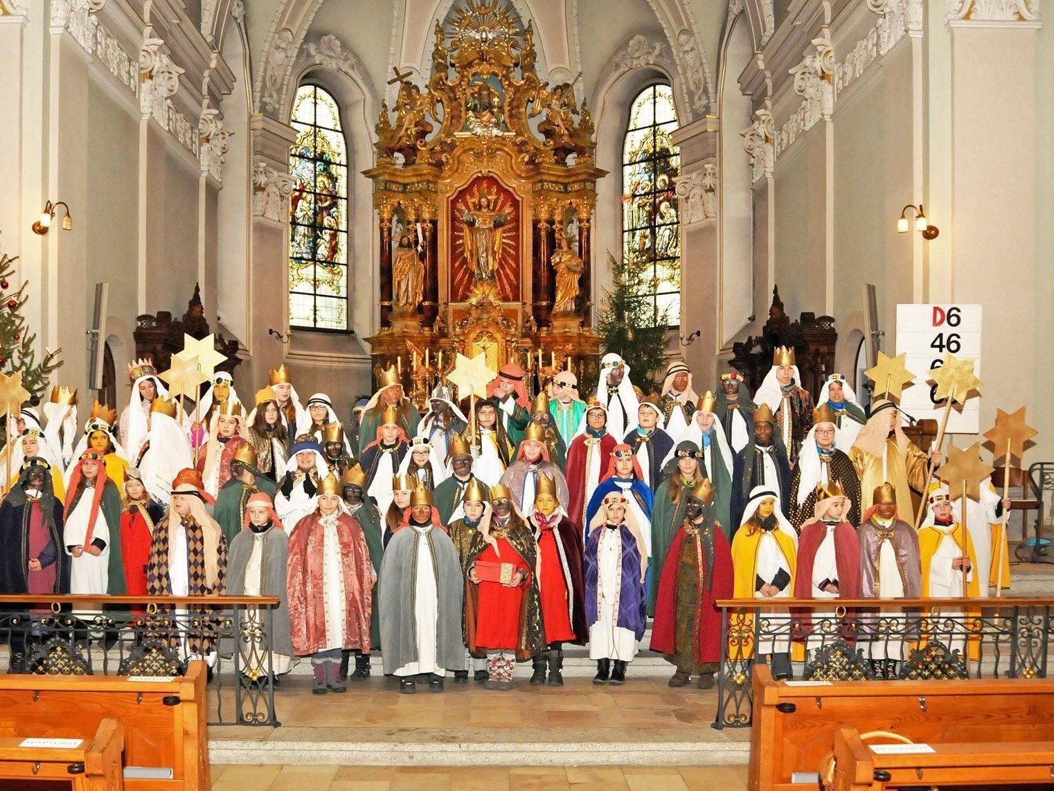 Sendungsfeier für die insgesamt 60 Mädchen und Buben, die in Höchst als Sternsinger unterwegs waren.
