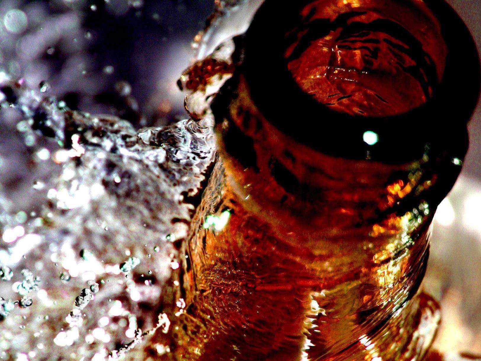 Mit Hilfe von Hochgeschwindigkeitskameras konnten Forscher zeigen, warum Bier überschäumt