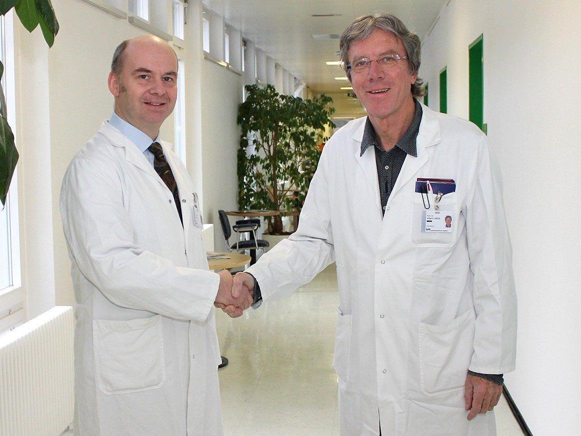 Prim. Dr. Albert Lingg (re.) übergibt das Amt des Chefarztes an Prim. Dr. Jan Di Pauli.