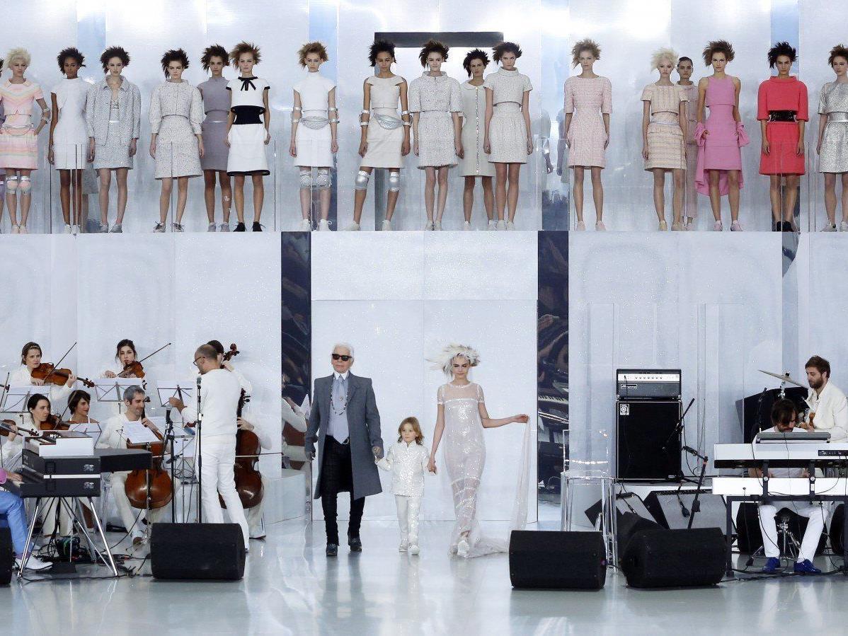 """Sanfte Verjüngung: Sogar Karl Lagerfelds """"Braut"""" lief mit Sneakers."""