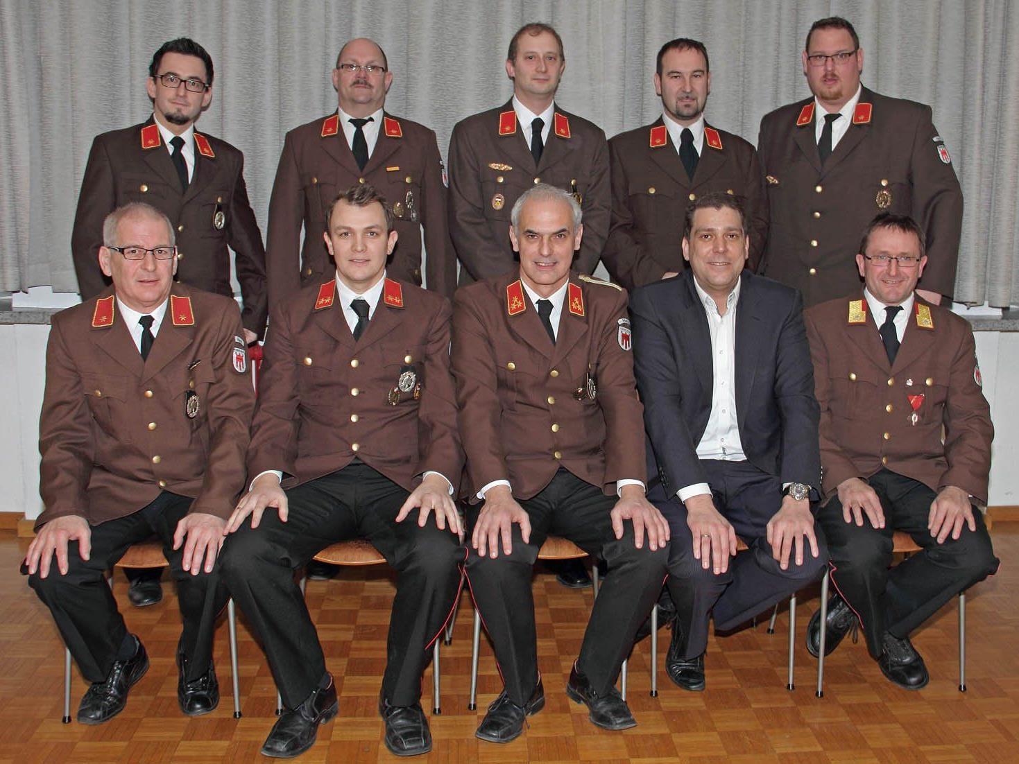 Der Feuerwehrausschuss mit Bürgermeister Harald Köhlmeier und Armin Schneider.