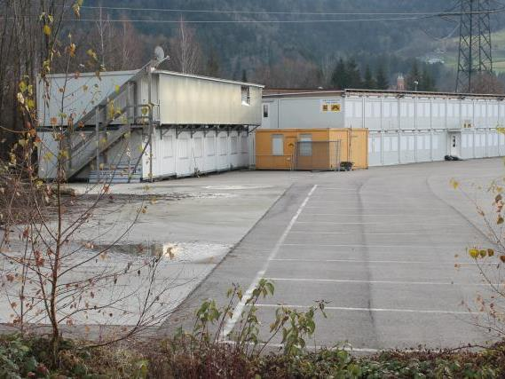 """Ein Teil des Containerdorfs – es stand links im Bild – wurde nach Abschluss des Tunnelvortriebs bereits abgetragen, der Rest bekam eine """"Galgenfrist""""."""