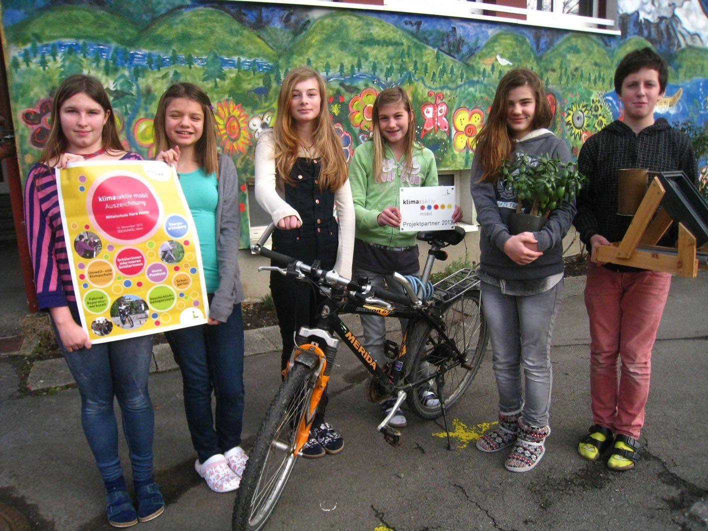 Nicole, Tamara, Sarah, Indira, Gloria und Gabriel (2a-Klasse) präsentieren stolz die Auszeichnung.