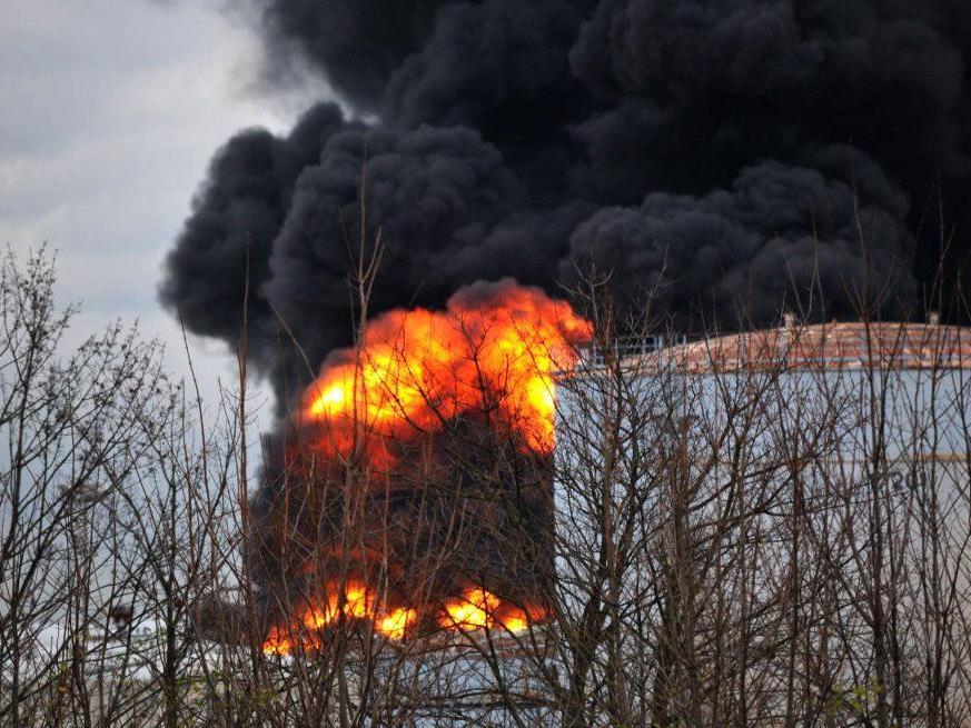 Ein Raffinerie-Tank voll Toluol explodierte.