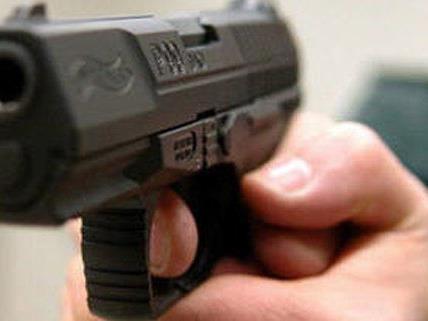 Mit einer Pistole bedrohte der Mann den Angestellten des Wettlokals.