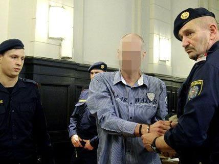Ein 47-Jähriger steht unter anderem wegen Zuhälterei vor Gericht.