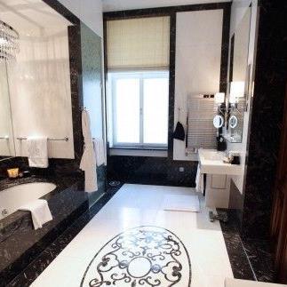 Touristen lieben Luxushotels wie das Ritz Carlton in Wien.