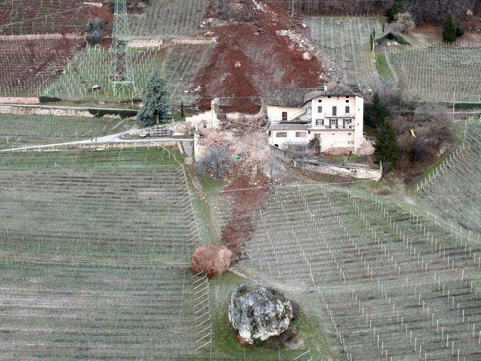 Wirtschaftsgebäude und Weingärten beschädigt - keine Verletzten.