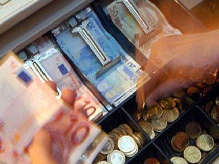 Der Räuber erbeutete bargeld aus der Kassa.