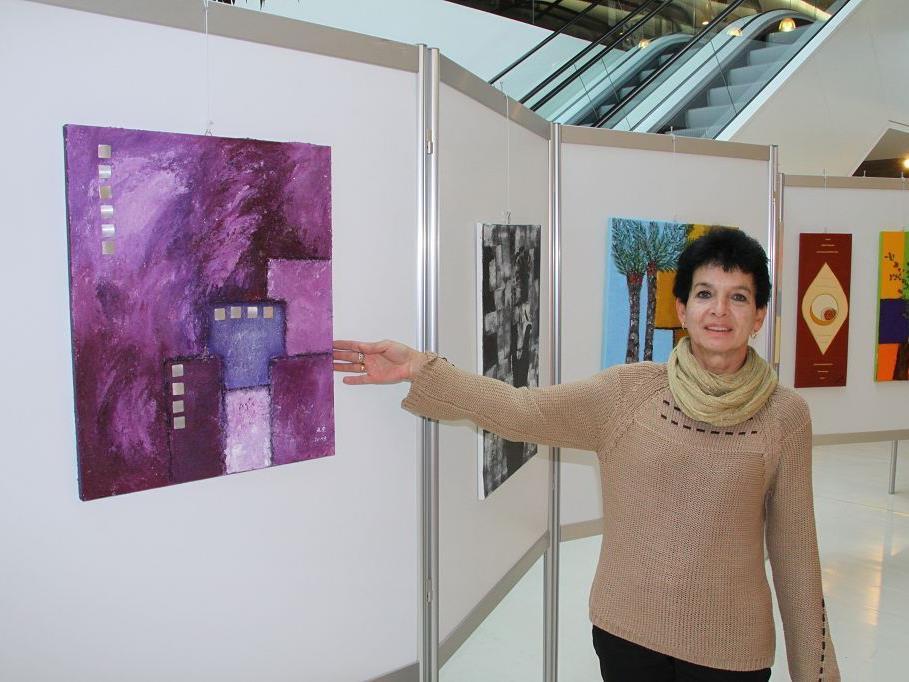 Die Nenzingerin Rita Anzinger stellt erstmals ihre Acrylbilder im Rankweiler Vinomnacenter aus.