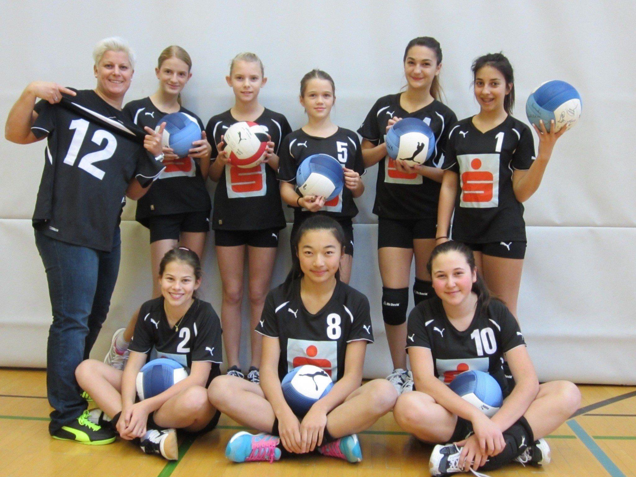 Trainerin Kerstin Thaler mit ihren Volleyball-Mädchen der VMS Höchst.