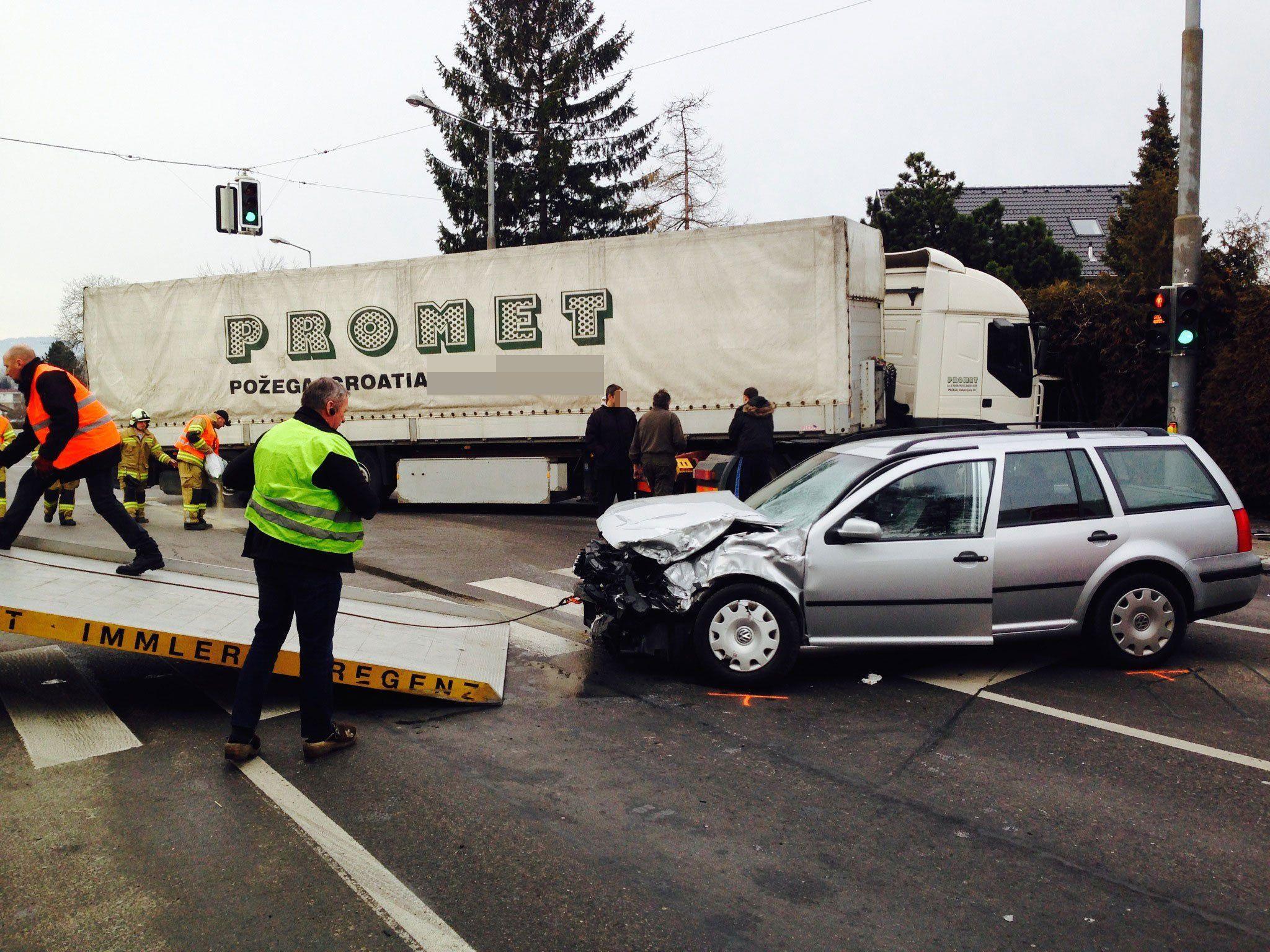 Lkw kracht in Pkw - Schweizer Straße in Hard musste kurzzeitig gesperrt werden.