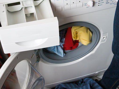 Nackter Mann in Waschmaschine empfahl das Abendteuer weiter.