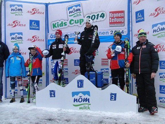 Auf dem Podest stehen auf dem 2. Platz Lukas Feurstein aus Mellau; 1. Platz Max Greber, Bezau