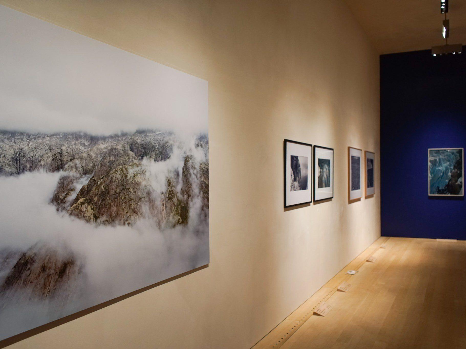 Ausstellung mit Arbeiten von Fotopionieren und 43 zeitgenössischen Vertretern der Bergfotografie.