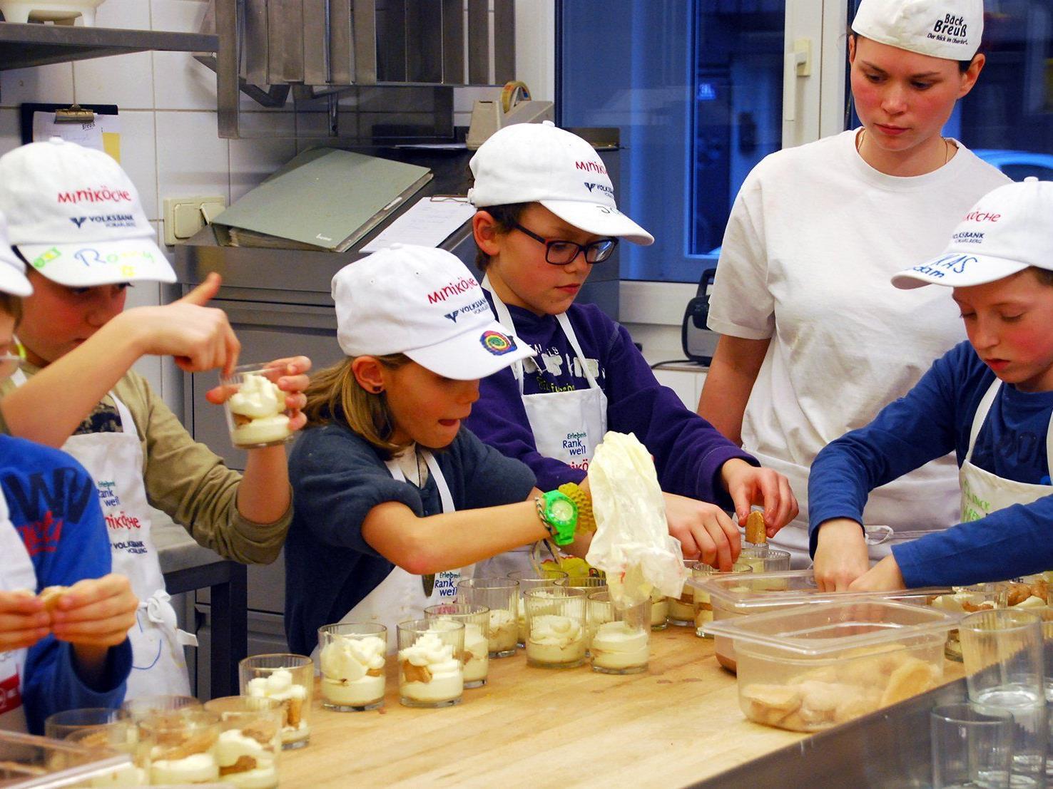 Beim Bäck Breuß schichteten die Rankweiler Miniköche Tiramisu mit selbstgemachten Biskotten.