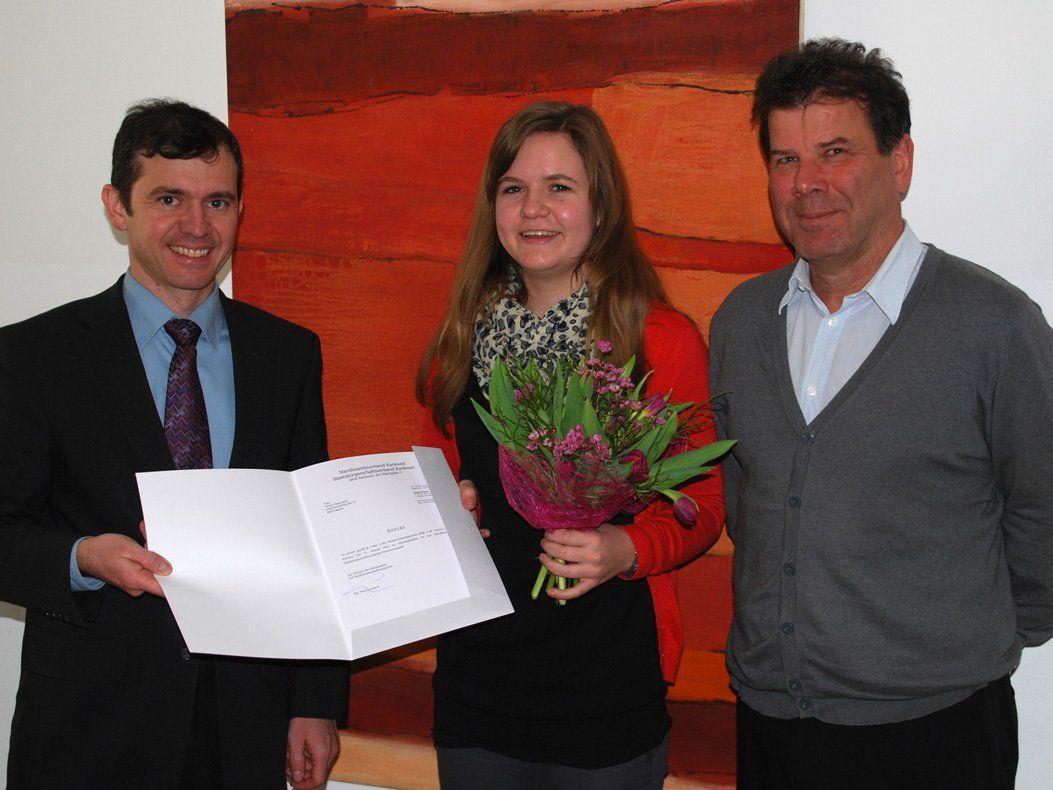 Bürgermeister Martin Summer (links) und Norbert Preg, Leiter Bürgerservice Rankweil, (rechts) gratulierten Mirjam Nesensohn zur bestandenen Standesbeamtenprüfung.