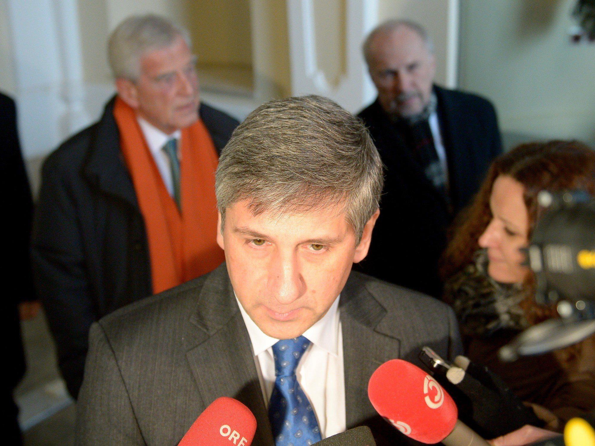 Finanzminister Spindelegger, hinten Hypo-Aufsichtsratschef Klaus Liebscher (l.) und OeNB-Gouverneur Ewald Nowotny (r.) nach dem Hypo-Gipfel.
