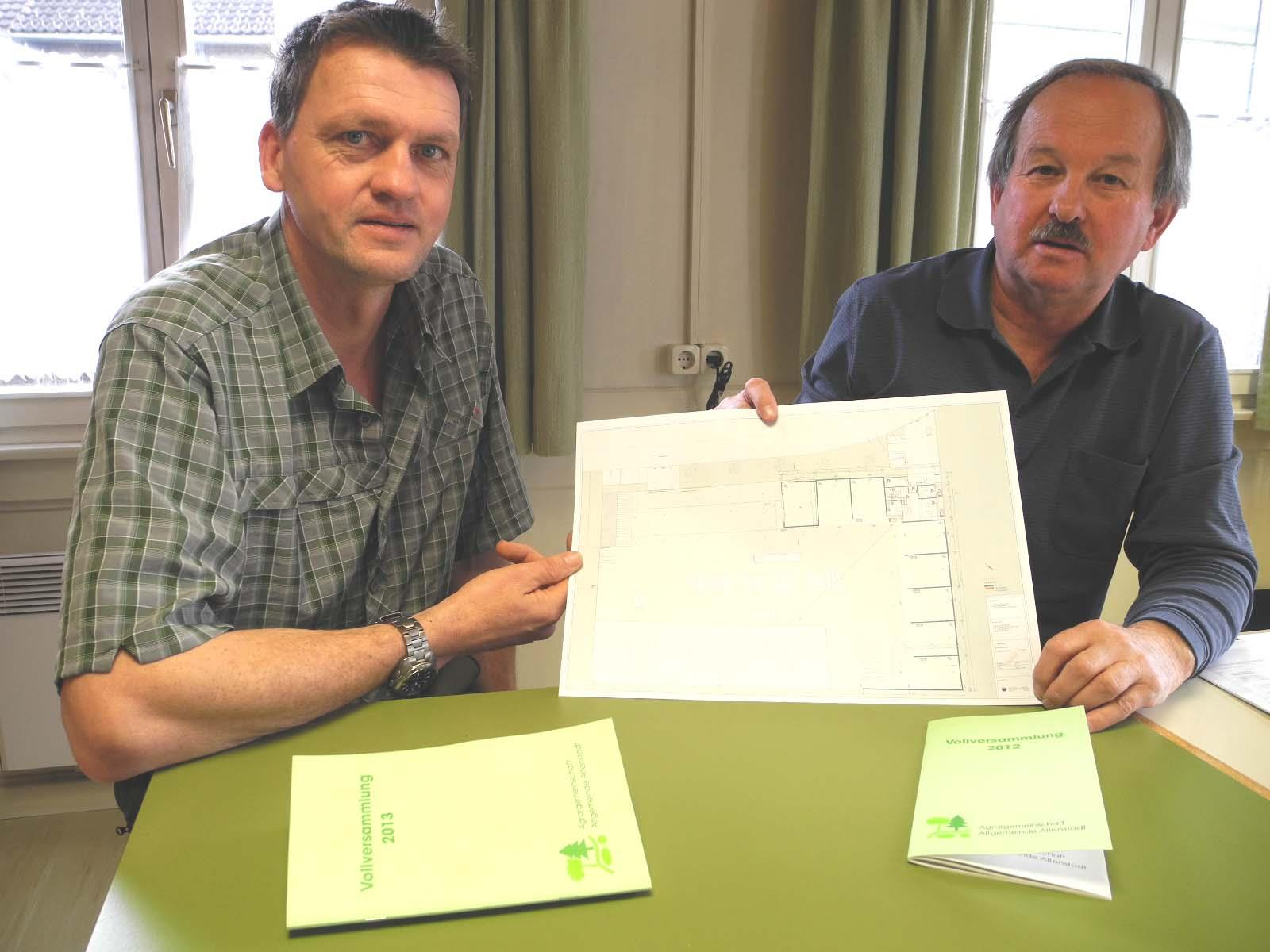(l.) Die Förster Georg Fulterer und Lothar Nesensohn zeigen die Baupläne für den neuen Forsthof mit der Hackschnitzelanlage