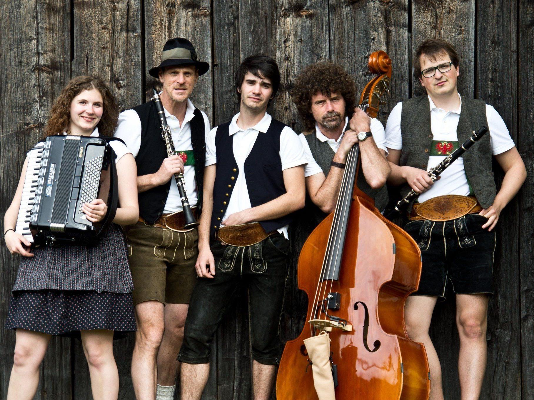 Fünf MusikerInnen aus dem Tiroler Oberland vermischen Melodien der alpenländischen Volksmusik mit neuen Klängen.