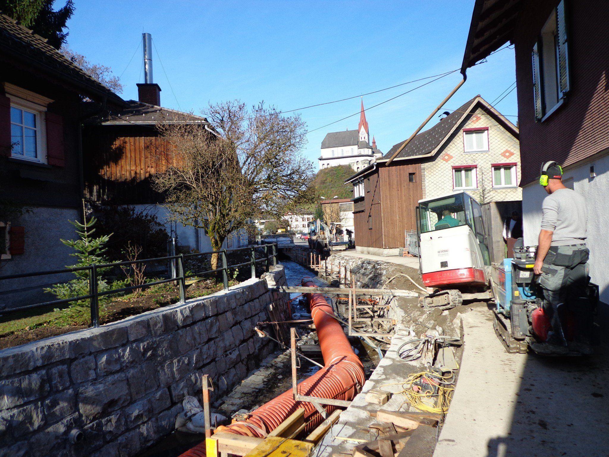Bald ziert das Bachufer ein neues Geländer.