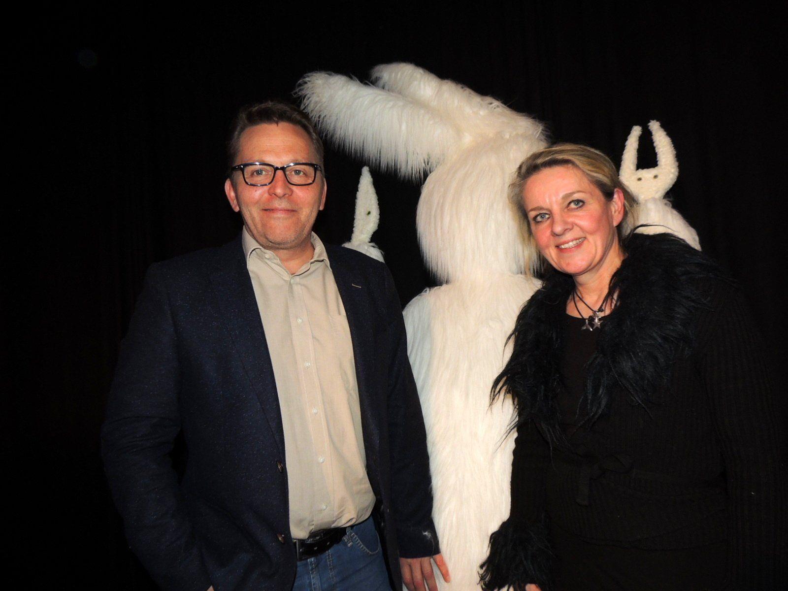 Kosmos-Leiter Augustin Jagg mit Künstlerin Edith Hofer