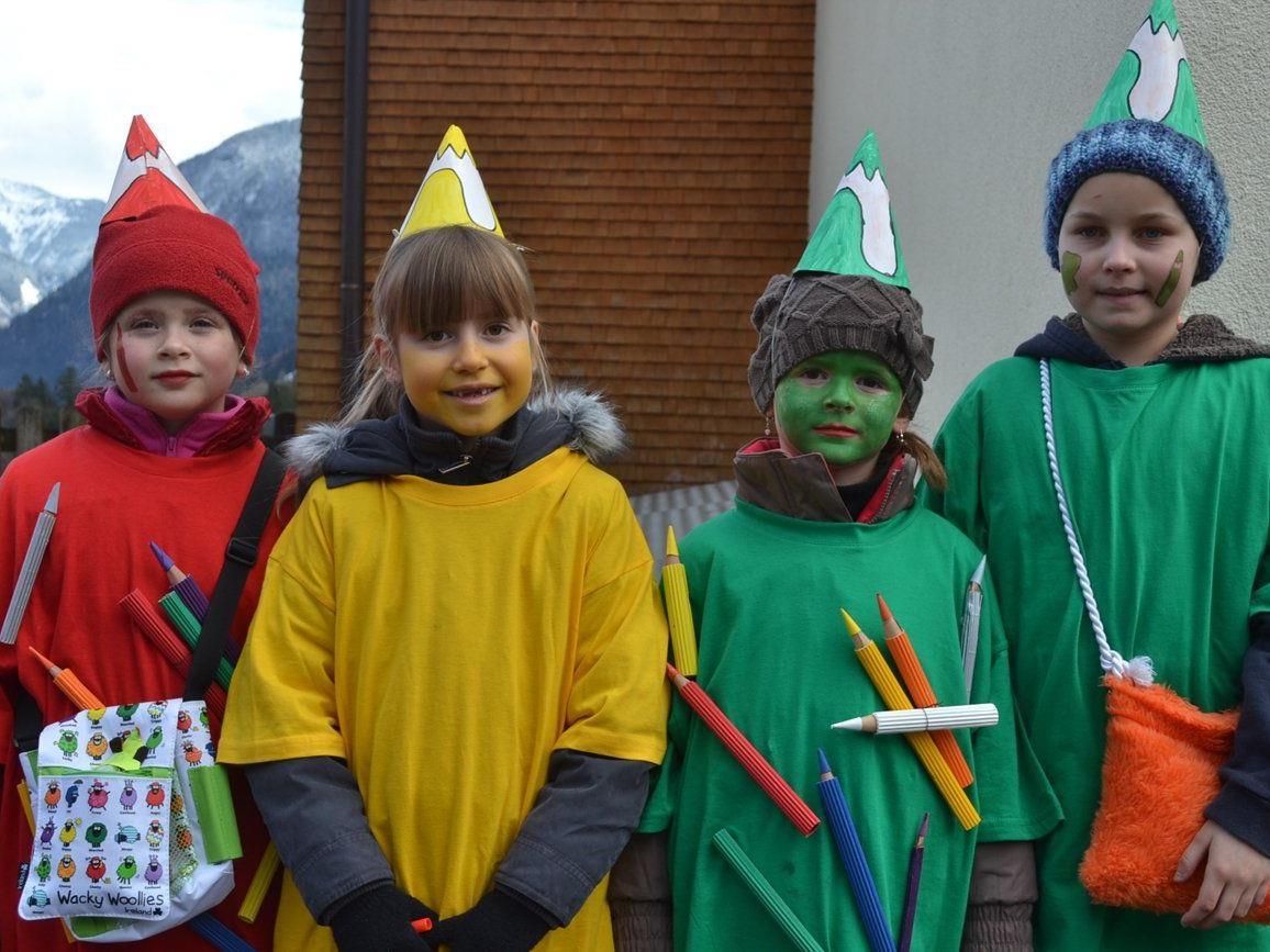 Lea, Julia, Madlen und Ariane als Buntstifte verkleidet.