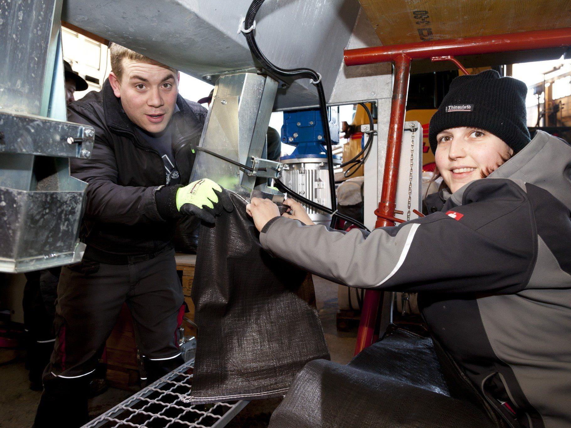 Sandsack-Aktion beim Feuerwehrverband für mögliche Hochwassereinsätze.